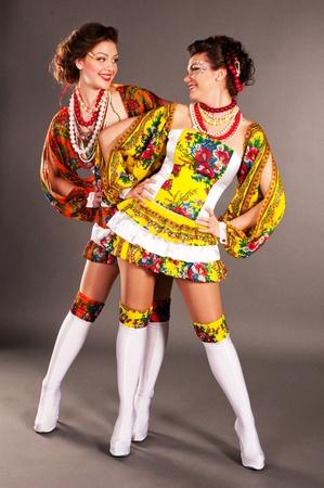Ukrainian Mode M�dchen, legte seine H�nde auf den H�ften, und sahen einander an, herzliche Beziehung, die singenden Schl�ge
