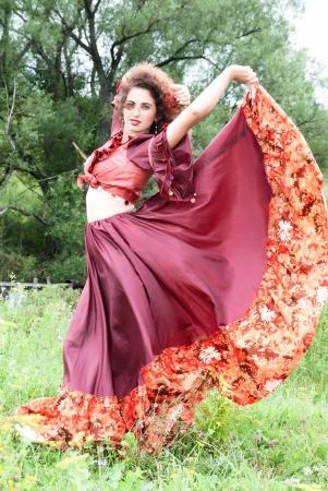 Saltos Cigano no ar em seu vestido