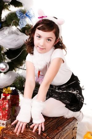 Uma menina sentada perto de uma