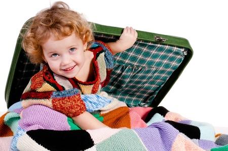 Fashion girl escondeu no porta-malas e olha para fora de debaixo das cobertas