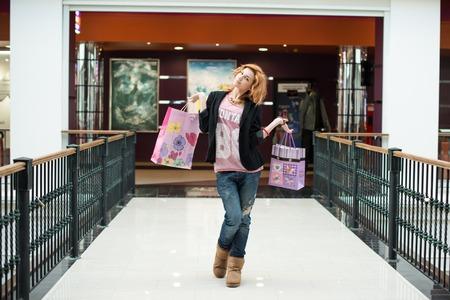 sch�ne M�dchen mit Einkaufst�ten