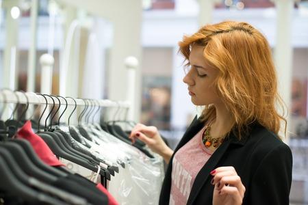 Portrait einer gl�cklichen attraktiven jugendlich M�dchen, Entscheidungen zu treffen in der Garderobe oder im Shop mit Kleidung
