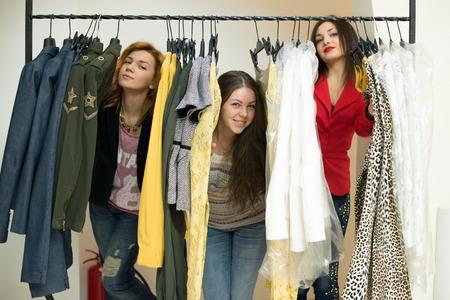 Mulher que escolhe a roupa de seu robe