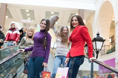 Grupo de meninas no centro comercial Banco de Imagens