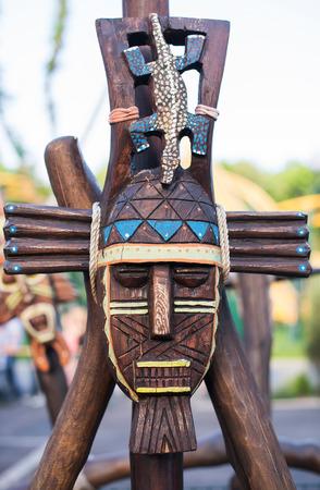 Muito bem pintada Totem Pole em British Columbia, Canad
