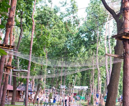 A ponte de troncos amarrados �s cordas, parte de um curso de cordas Banco de Imagens