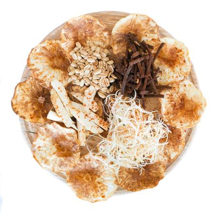 gro�e Platte mit einer gro�en Auswahl an Snacks f�r Bier, isoliert auf wei�em Hintergrund