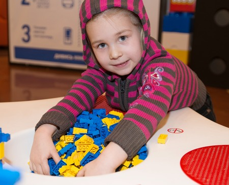 shallow: Little girl playing building blocks - shallow DOF