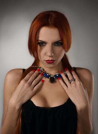 Hohe Art und Weise look.glamor Gro�ansicht Portr�t der sch�nen reizvollen stilvollen blonde kaukasischen junge Frau Modell mit hellen Make-up, mit roten Lippen, mit perfekt saubere Haut mit bunten Accessoires in blauem Tuch