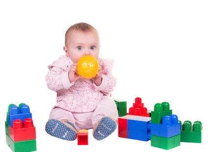 Kind Junge spielt mit Spielzeug-Block �ber isoliert auf wei�em Hintergrund. Lizenzfreie Bilder