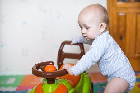 Junge kid Fahren eines Rennwagens