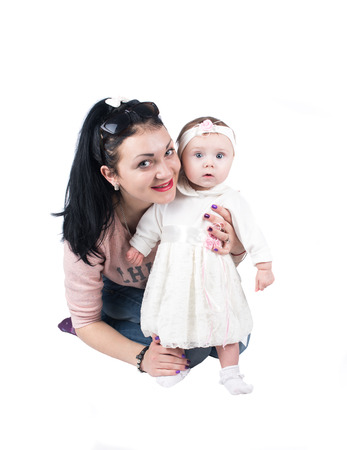 weisse kleider: Gl�ckliche lachende Mutter spielt mit ihrem kleinen Kind Tochter tragen wei�e Kleider