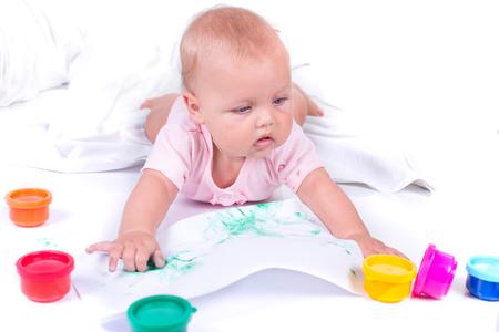 Bunte gemalte Hände in einem schönen jungen Mädchen . Getrennt auf weißem Hintergrund Standard-Bild - 99230839
