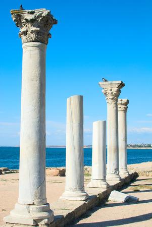 templo griego: Columnas de m�rmol del antiguo templo griego. Quersoneso