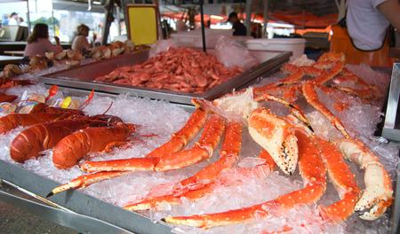 cangrejo: Detalle de deliciosas langostas, cangrejos y cangrejos reales en el mercado de pescado de Bergen, Noruega Foto de archivo