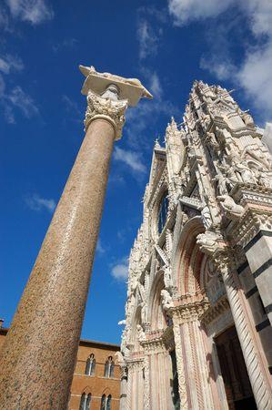 시에나, 이탈리아의 두오모 교회 앞 스톡 콘텐츠