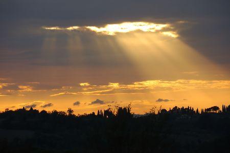 Zonlicht Beaming door middel van wolken