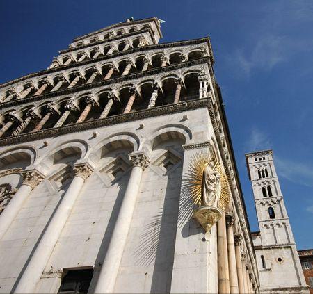 San Michele in fora kathedraal en de toren in Lucca, Italië.