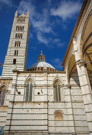 두오모 타워와 Siena, 이탈리아에서 교회 돔 스톡 콘텐츠