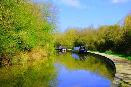 Canal boats tied up at the side of a canal near Banbury, Oxforshire, UK Banco de Imagens