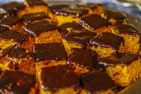 Worteltaart met chocoladesiroop Stockfoto