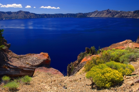 A view of the deep blue water from the rim of Crater Lake in Oregon Stock fotó