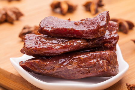 La carne en el plato blanco. Foto de archivo