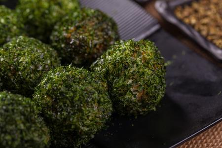 algas marinas: arroz algas y vegetales rollo