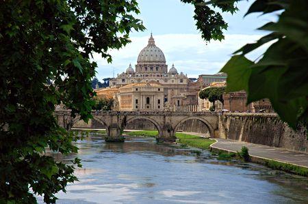 tiber: R�o T�ber y San Pedro-Dome, Roma, Italia Foto de archivo
