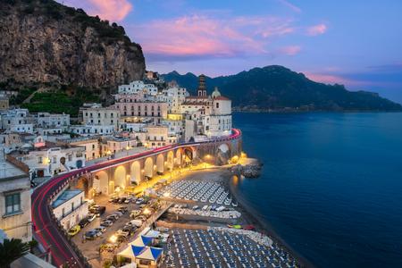 Panoramamening van Atrani aan de Amalfikust Stockfoto