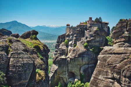 Photo of meteora and the monastery over the rock Redactioneel
