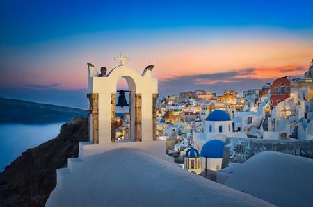 Photo of the night lights of oia in Satorini Greece Stockfoto