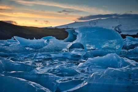Zdjęcie laguny lodowcowej Jokulsarlon o zachodzie słońca
