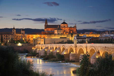 Photo of cordoba and the mosque cathedral at sunset time 에디토리얼
