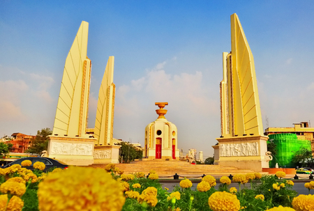 Democracy Monument of Bangkok in daytime with marigolds as the front. Imagens