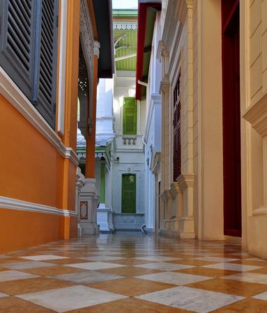 El pasillo conecta los dos edificios con arte antiguo y bellamente adornados. Foto de archivo