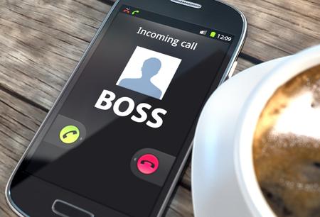 patron: Smartphone negro con el jefe de llamar en la pantalla cerca de la taza de café en una mesa Foto de archivo