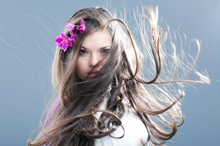 어린 소녀 긴 아름다운 머리카락을 가진 갈색 머리