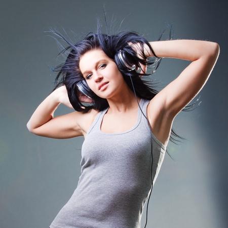 소녀는 음악을 즐깁니다.