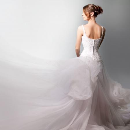 고급스러운 웨딩 드레스의 아름다운 신부