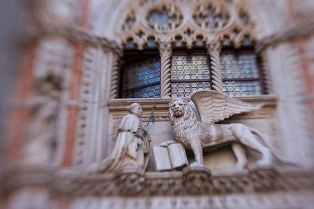 leon con alas: decoraci�n de le�n alado en el Palacio Ducal Editorial