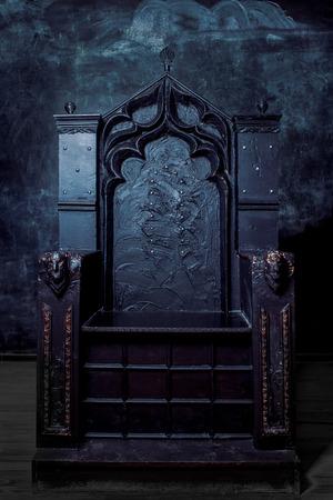 王家の玉座。暗いゴシック王位、フロント ビュー 写真素材