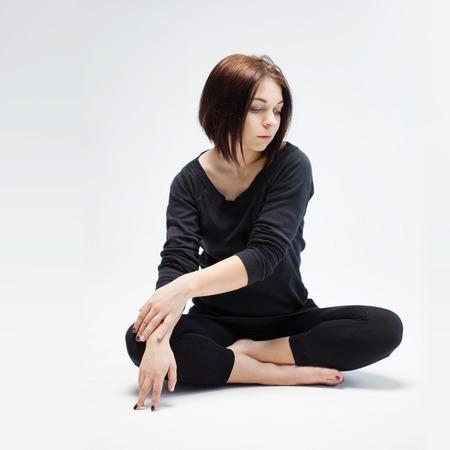 position d amour: belle jeune femme assise en position du lotus Banque d'images
