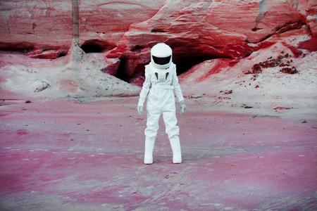 futuristic astronaut on another planet, sandy red planet Stockfoto