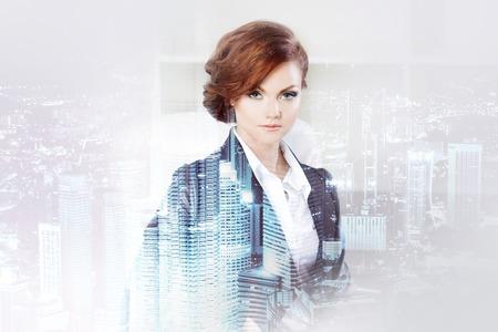 Dubbele belichting concept met zakenvrouw en metropool op de achtergrond. Stockfoto