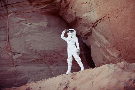 astronauta: astronauta futurista en otro planeta, planeta rojo arena