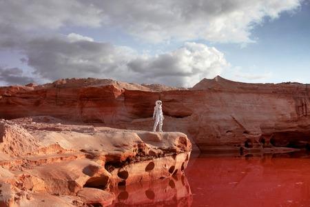 futuristische astronaut op een andere planeet, zandige rode planeet