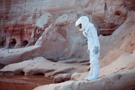 descubridor: astronauta futurista en otro planeta, planeta rojo arena