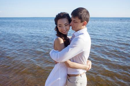 manos sosteniendo: Apenas pares casados ??que se ejecutan en una playa de arena