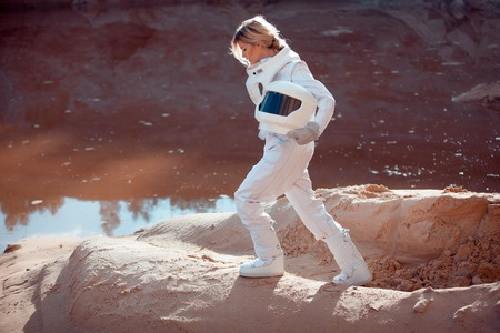 astronaut: astronauta futurista en otro planeta, planeta rojo arena
